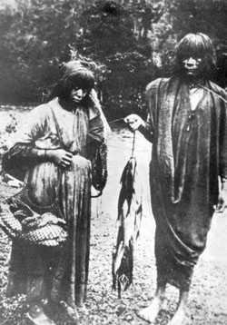 Indígenas de regreso de la pesca